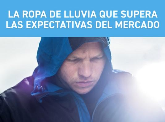 Hombre con chaqueta de lluvia con capucha en la cabeza. Sobre ella la escritura: Ropa impermeable que excede los requisitos industriales.
