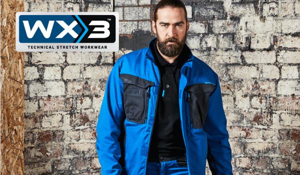 Hombre con barba en ropa de trabajo azul de la colección WX3 de Portwest.